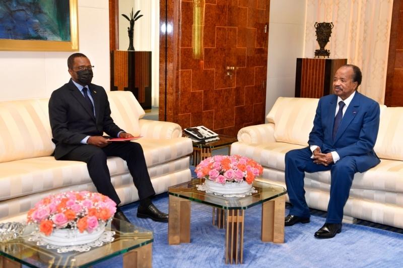 Le président camerounais Paul Biya (à droite) a reçu le 13 septembre 2021 le ministre du pétrole équatoguinéen Gabriel Obiang Lima à Yaoundé.